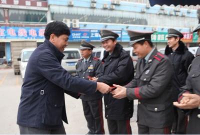 董事长给员工以及保安人员拜年