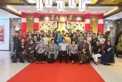 古岭龙集团董事长向女企业家介绍了古岭南集团企业文化